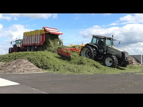 Gras harken, oprapen en inkuilen bij melkveebedrijf Veerenhuis (2016)