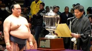何やらナイショ話も...新横綱稀勢の里、貴乃花親方から優勝杯を授与される。(2017年2月5日 第41回大相撲トーナメント)