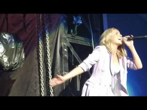 Danielle Bradbery singing Goodbye Summer (fans go crazy)