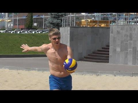 Бурмистров, Медведев и Зубарев играют в пляжный волейбол