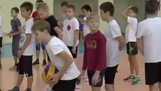 Обучение волейболу детей. Эстафета с мячами с использованием стены