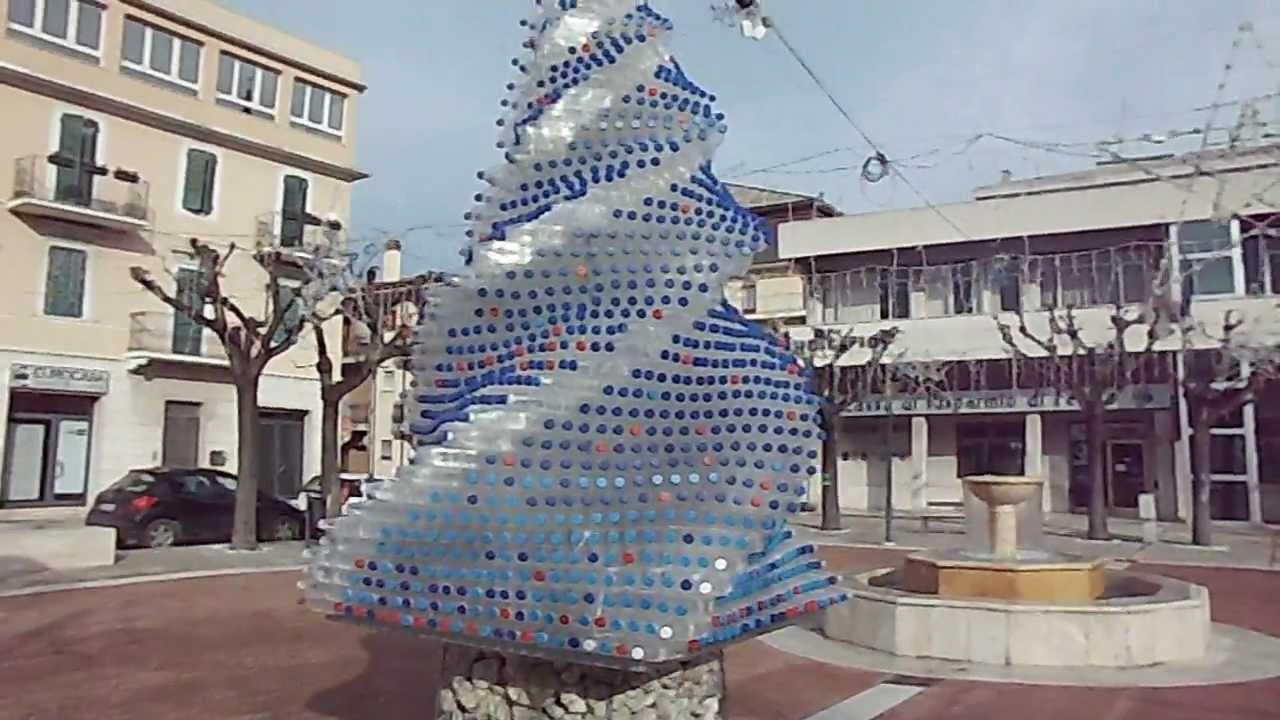 Albero di natale alternativo utilizzando bottiglie di for Obi albero di natale