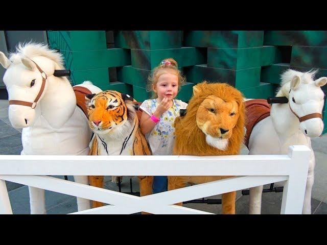 Видео для детей Настя играет в сюжетные игры в музее науки для детей CHILDREN'S MUSEUM Pretend Play