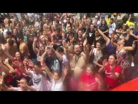 Miles de personas disfrutan del agua en Vilagarcía