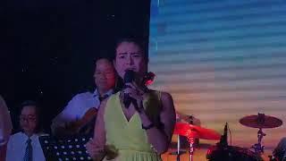 Ca sĩ Triều Linh hát trong Liveshow ca nhạc của Bác sĩ Phước Chiến
