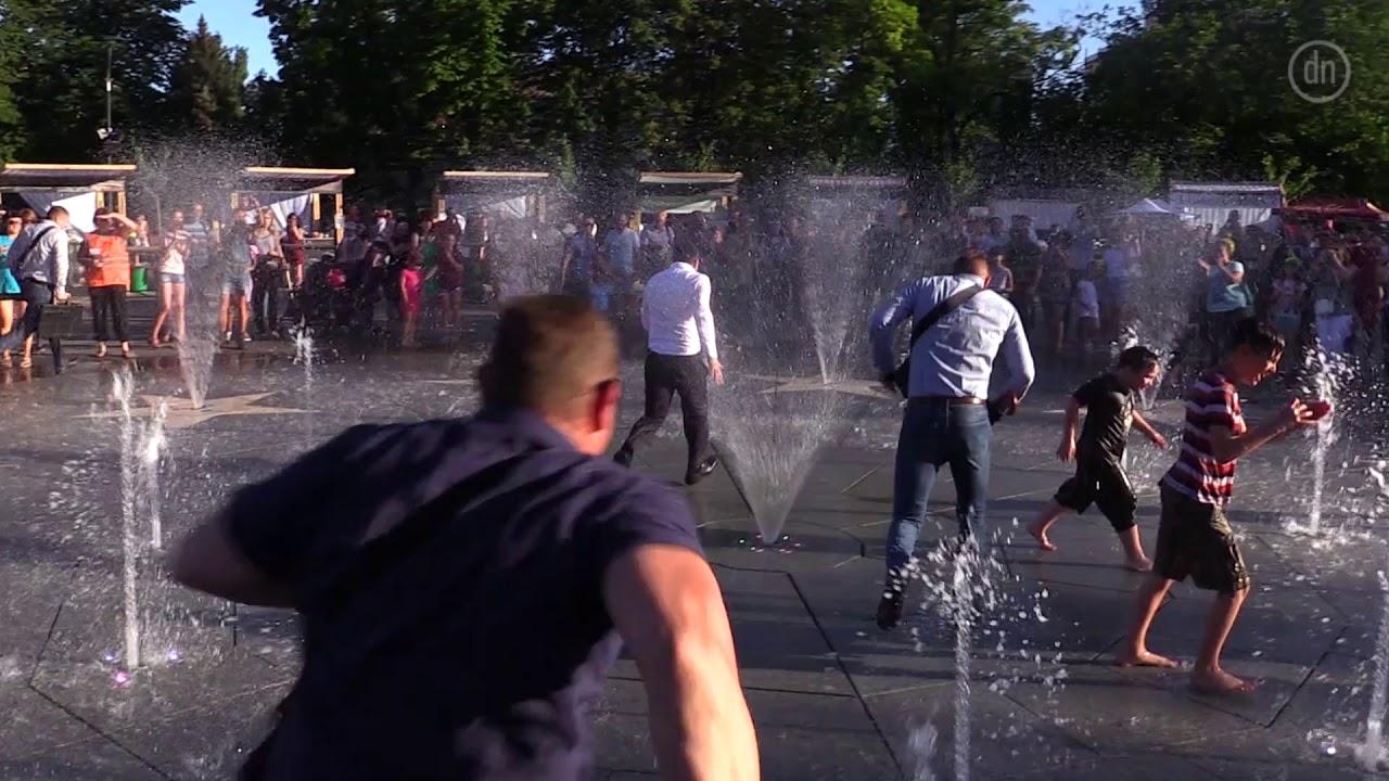 Пользователи сети раскритиковали побег Зеленского через фонтан