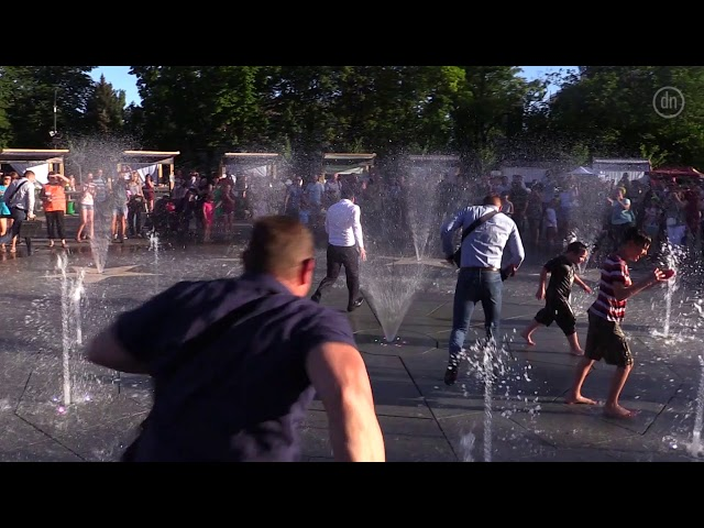 Зеленский убежал в фонтан Мариуполя