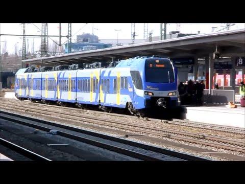 Zugverkehr am Bahnhof München Ost mit Werbelok
