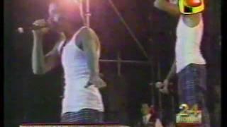 SERVANDO Y FLORENTINO AGREDE  A BOMBERO EN CONCIERTO DE PERU 5-8-97