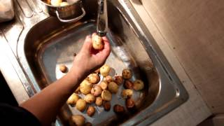 Помыть и сварить картошку в мундире(Помыть и сварить картошку в мундире. Онлай-видео поцесса выполнения кулинарного рецепта отваривания карто..., 2013-10-13T18:00:36.000Z)