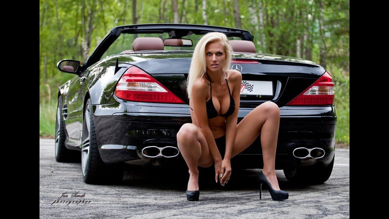 Sexe confortable pose dans la voiture