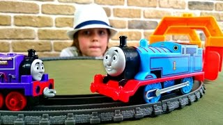 ТОМАС. Паровозик Томас встречает друга. Строим железную дорогу: игры паровозики. Видео для детей(Чудесные приключения Чарли, паровозика из мультфильма