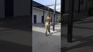 Hermano soldado sorprende a su hermana en la escuela