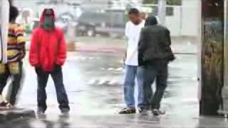 Афроамериканцы танцуют на перекрестке