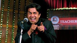 Три идиота (2009) - Чатур произносит вступительную речь на дне учителя