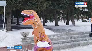 В Змеиногорске человек в костюме динозавра убирал снег с городских улиц