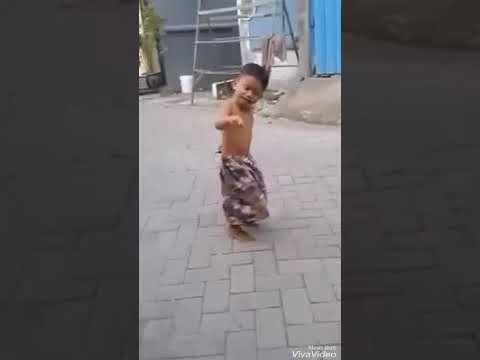 Vidio lucu durasi pendek anak kecil sedang goyang dangdut