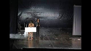 ممثل عربي يظهر عاريا في احد المهرجانات وهل تدخل بوسي السجن؟