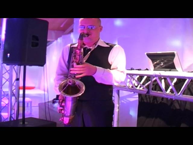 Lounge DJ en saxofonist spelen op personeelsfeest
