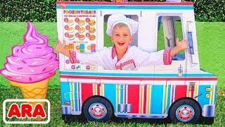 فلاد ونيكيتا يتظاهر باللعب مع شاحنة لعبة