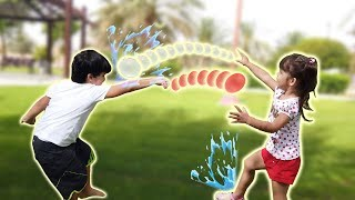 Brincando com Balões de Água | Kai e Clara se Divertem com Brincadeira de Bexigas de Água