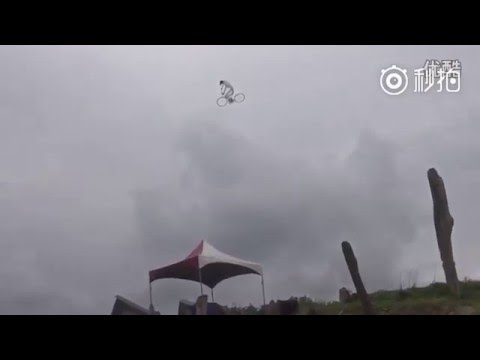 Participant of Intn'l Kite Festival gets creative by flying kite in shape of man riding a bike