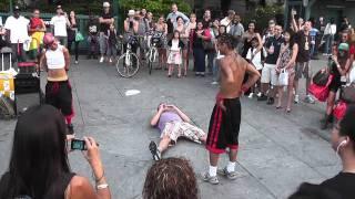 Уличные акробаты в Нью-Йорке