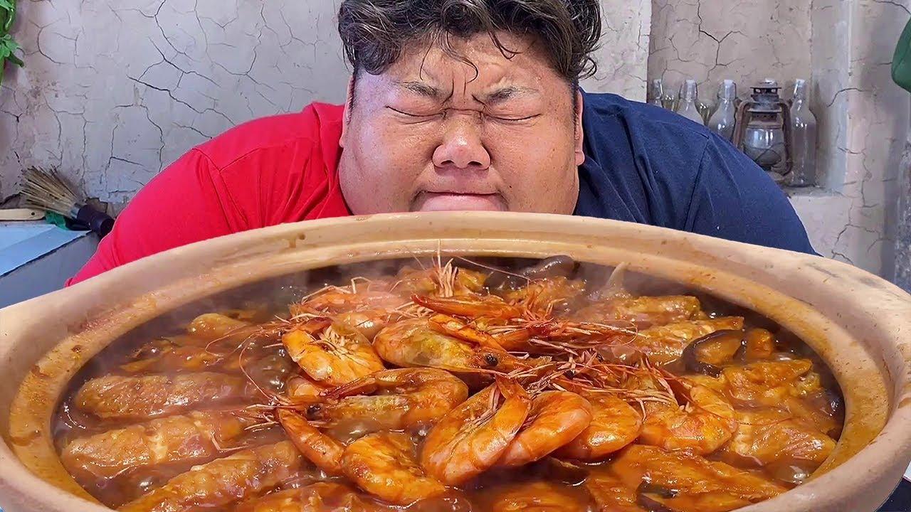"""大虾和鸡翅铺满锅,猴哥浇上秘制酱汁,""""三汁焖锅""""简直是下饭神菜!【胖猴仔】"""