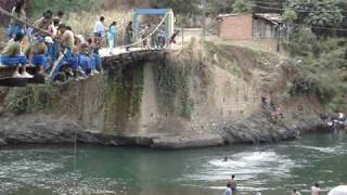 increible salto de natacion en yungas caranavi