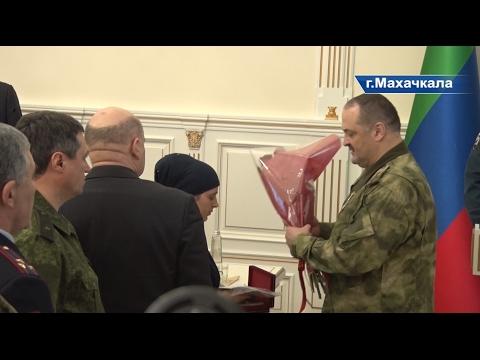 Глава РД и Сергей Меликов вручили государственные награды вдове и родителям погибших военных