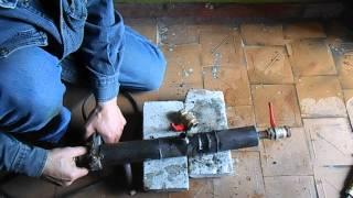 Подключение к водопроводу под давлением(Врезка в стальную водопроводную трубу под давлением видео. САНТЕХНИК32.РФ., 2014-06-30T09:05:02.000Z)