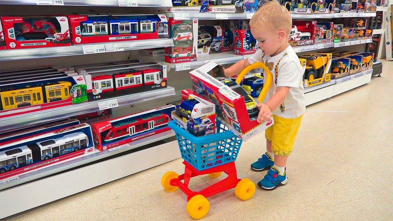 فلاد ونيكي مع الطفل كريس يتسوقان في متجر الألعاب