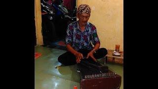 merinding ! kakek ini memainkan kecapi jawa (siter), suaranya merdu seperti gamelan lengkap - Stafaband