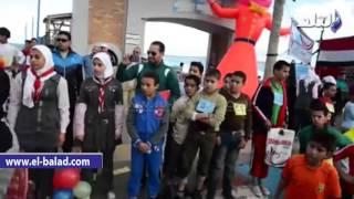 بالفيديو والصور.. محافظ مطروح يشارك طلاب المدارس في سباق اختراق الضاحية