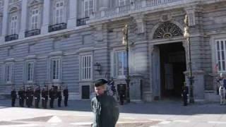 Мадрид. Смена  караула у Королевского  дворца.(, 2009-02-07T20:26:47.000Z)