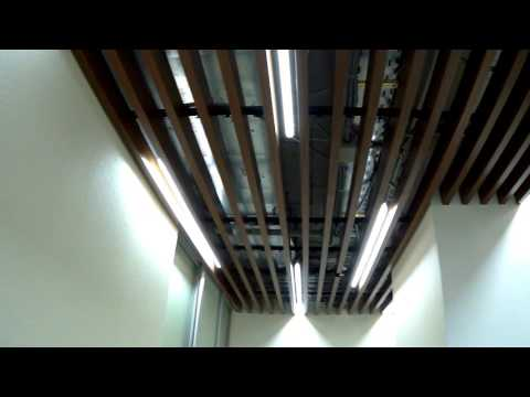 Кубообразный реечный потолок в офисе