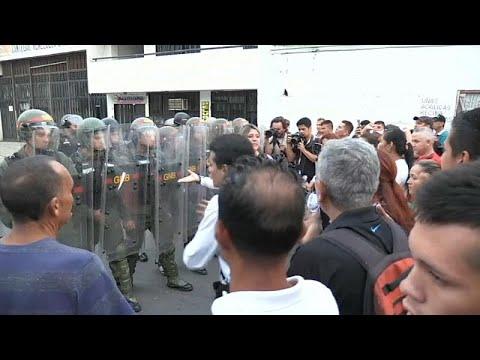 شاهد: اشتباكات بين متظاهرين والشرطة على الحدود الفنزويلية-الكولومبية …