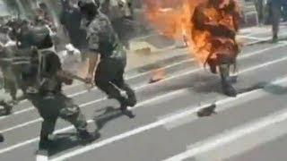 Участник военного парада в Перу в огне (ВИДЕО 18+)(Трагический инцидент произошел во время военного парада в городе Сульяна на севере Перу. Один из участнико..., 2012-11-06T05:10:02.000Z)