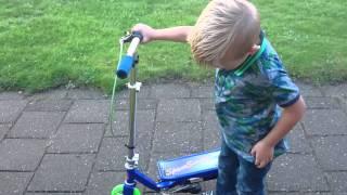 Quentin op zijn space scooter junior