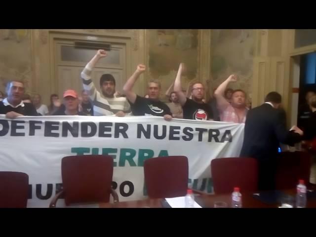 Los manifestantes contra el PSIR de Las Excavadas obligan a suspender el pleno de Torrelavega