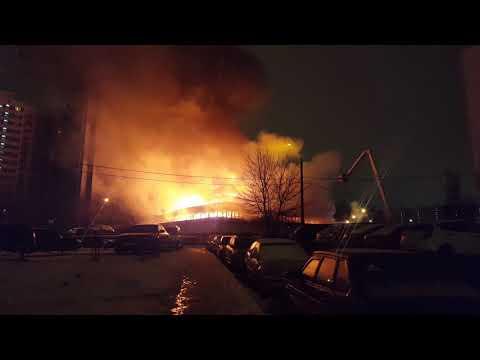 Сильный пожар на Сумском проезде. Сгорел рынок Пирамида в ЧЕРТАНОВО