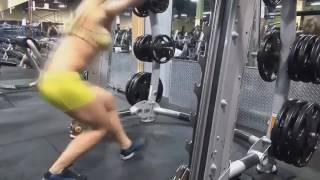 Фитнес мотивация Фитоняшки в спорт зале занимаются