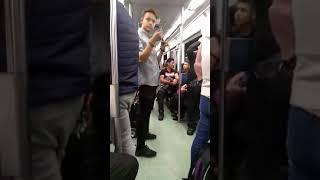 Mago ase magia en el metro