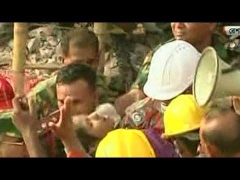 Bangladeş'te fabrika enkazında mucize