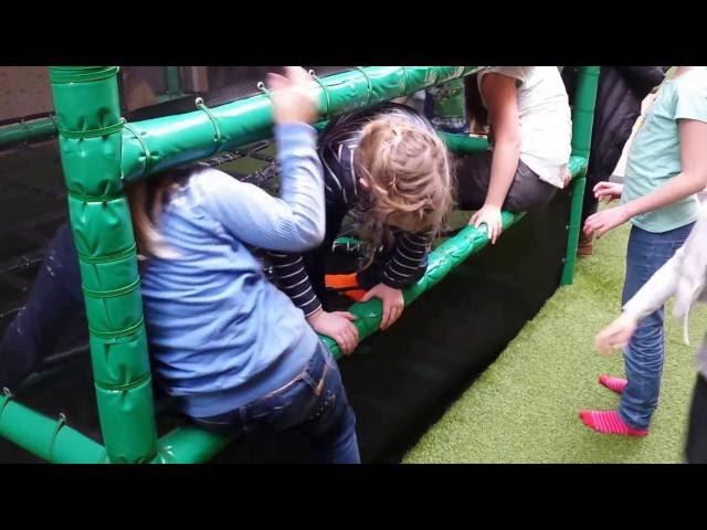 kinderen klimmen speelzolder indoorspeelparadijs