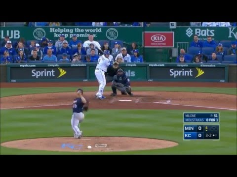 MIN@KC: Moustakas golfs homer to right