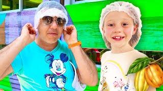 Nastya e papai foram em uma excursão de cacau para ver como o chocolate é feito