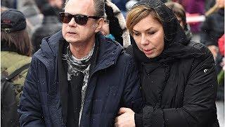 Еле идущего Левкина поддерживали под руку на похоронах Началовой