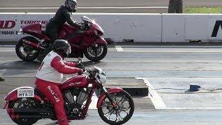 Hayabusa vs Harley Davidson -motorbikes drag racing