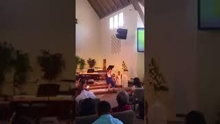 Mi niña cantando en el dia del padre